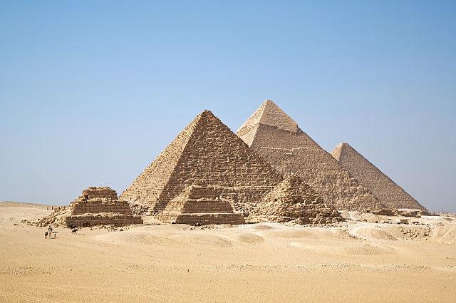 Pyramidy autor: Ricardo-Liberato zdroj: Wikimedia commons