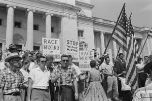 rasismus 640px-Little_Rock_integration_protest.jpg autor-John T. Bledsoe zdroj-wikimedia