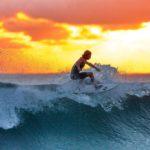 Dva mladí surfaři čistí oceán